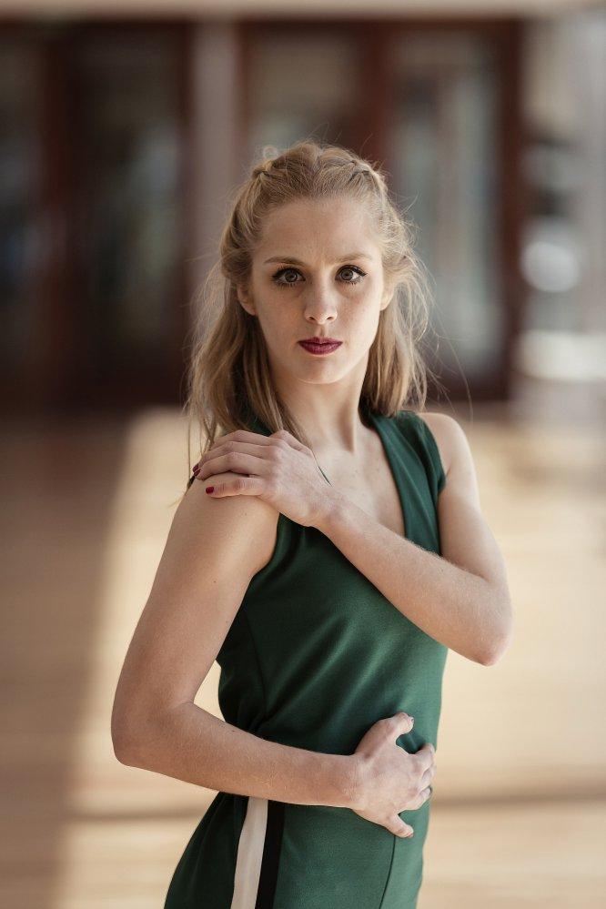 EDAD: 20 años. PROFESIÓN: Bailarina y Profesora de Salsa. LUGAR DE NACIMIENTO: Málaga. LUGAR DE RESIDENCIA: Málaga. DEFINICIÓN BAILARÍN: Neoclásico.  Con sólo 3 años empezó a practicar baile deportivo de competición. A los 6, comenzó a tomar clases de Bailes de salón en una escuela y, con 8, se matriculó en el Conservatorio de Danza Clásica. El año pasado hizo un Erasmus de cuatro meses en Roma formándose en Contemporáneo. En la actualidad estudia Coreografía en el Grado Superior de Danza Clásica y además imparte clases de Salsa. También está en una compañía de Tango.  Sus padres siempre le han apoyado en su vocación por la danza. Se define como una persona alegre, positiva, cariñosa e intensa, aunque de primeras se muestra algo tímida. Le gusta trabajar bajo presión.