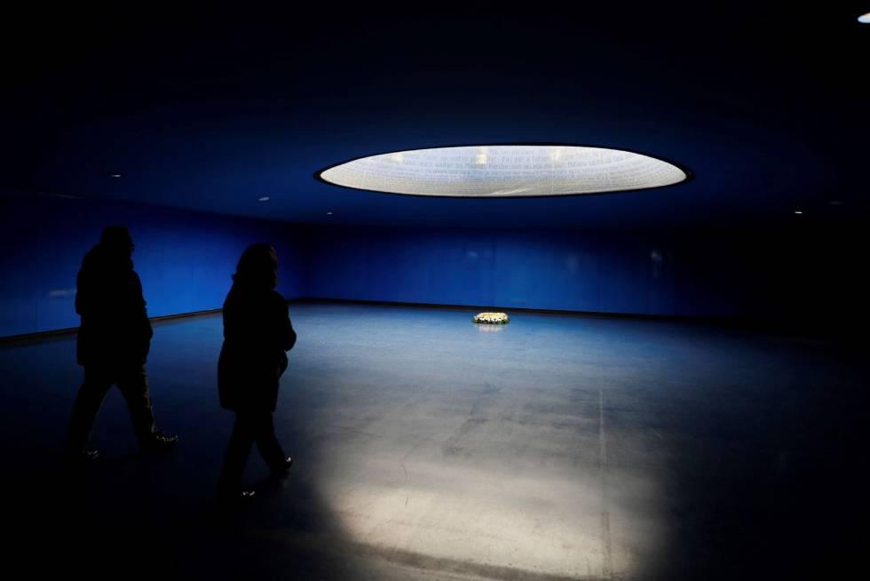 Varias personas visitan el monumento por las víctimas del 11-M, durante el homenaje con motivo del 14 aniversario de los atentados del 11 de marzo de 2004, en la estación de Atocha.