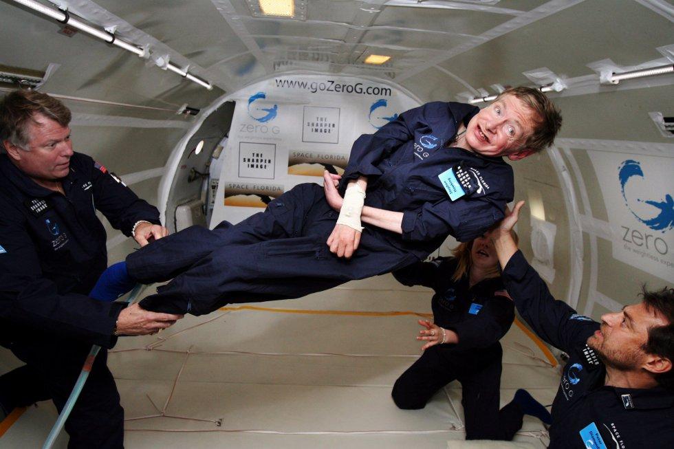 El científico Stephen Hawking experimenta la ingravidez para fomentar el interés por el espacio. En la imagen es ayudado por otros compañeros durante su vuelo experimental el 26 de abril de 2007.