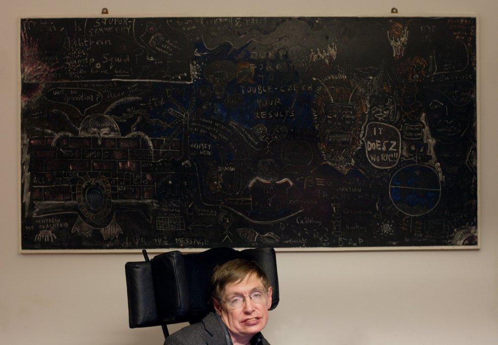 El físico Stephen Hawking, en su despacho del Centro de Matemática Aplicada de la Universidad de Cambridge (Reino Unido), el 16 de marzo de 2005.