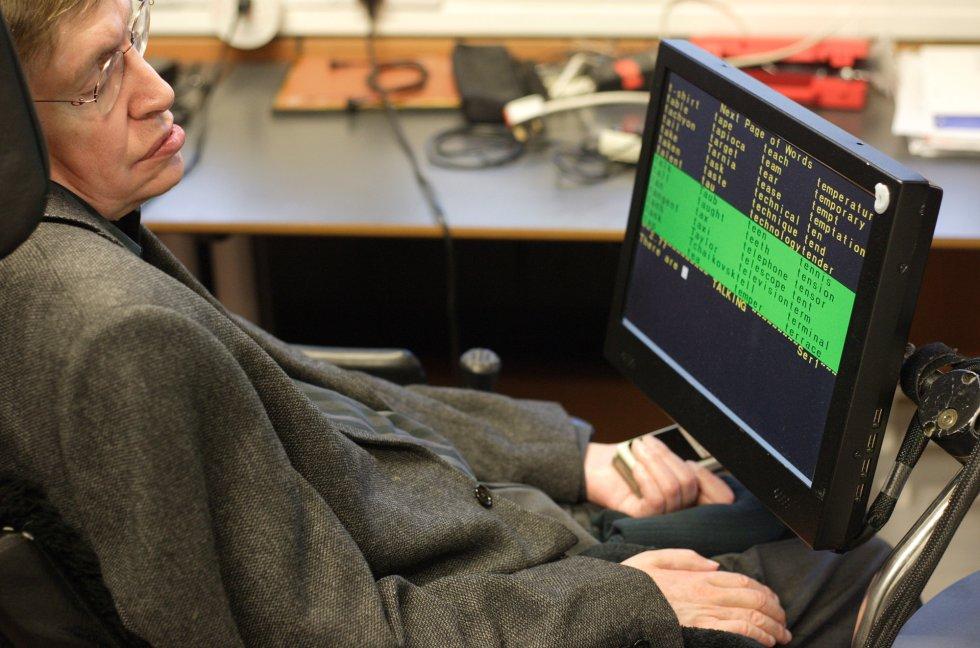 El físico Stephen Hawking, con el sistema de creación de palabras que utilza para comunicarse, en su despacho del Centro de Matemática Aplicada de la Universidad de Cambridge (Reino Unido), el 16 de marzo de 2005.