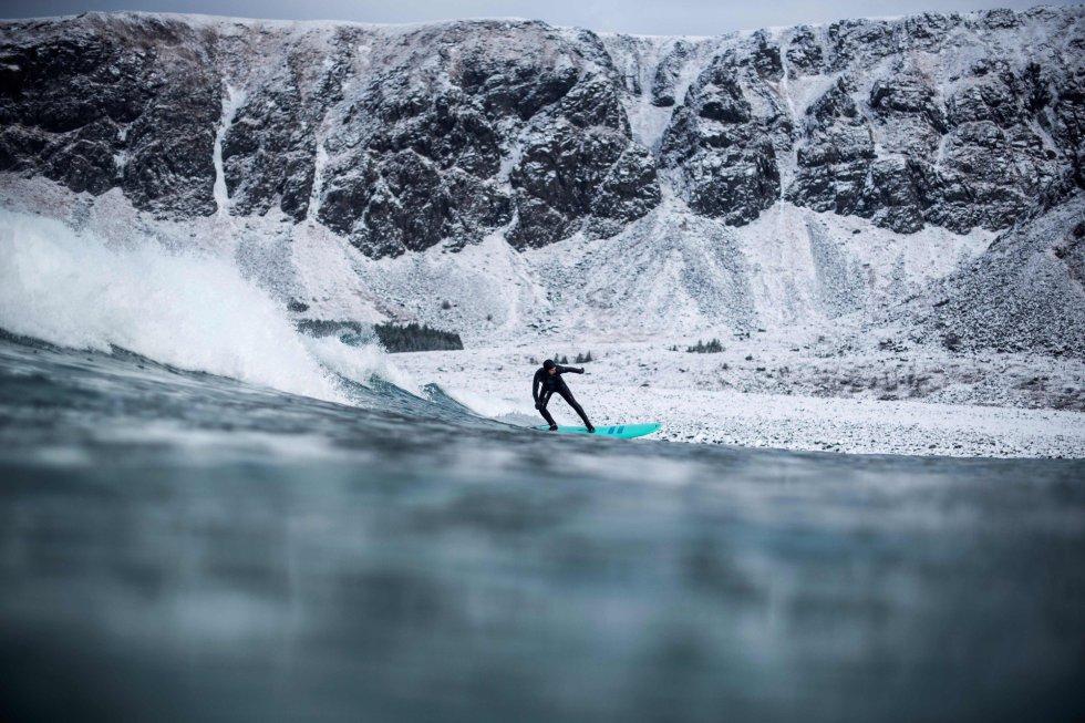 Christina Kolbu e sua amiga Solmoy Austbo, ambas estudantes, viajaram durante três dias desde Stavanger (sudoeste) em um mini furgão que também lhes serve de hotel e que agora estacionam na praia de Unstad.