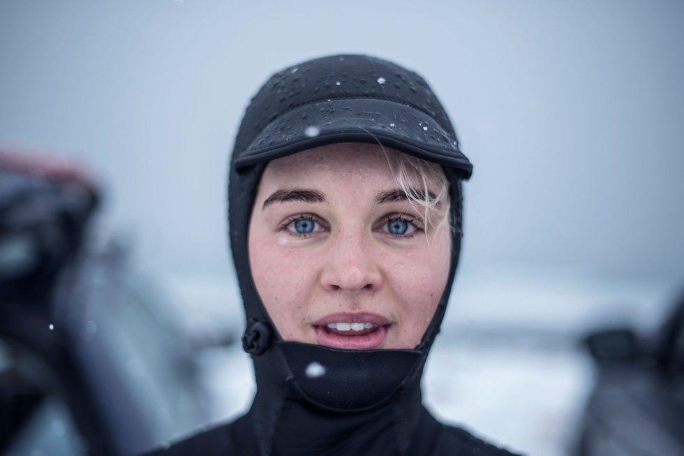 Emilie Klerud, da Noruega, posa para um retrato em Unstad, nas Ilhas Lofoten.
