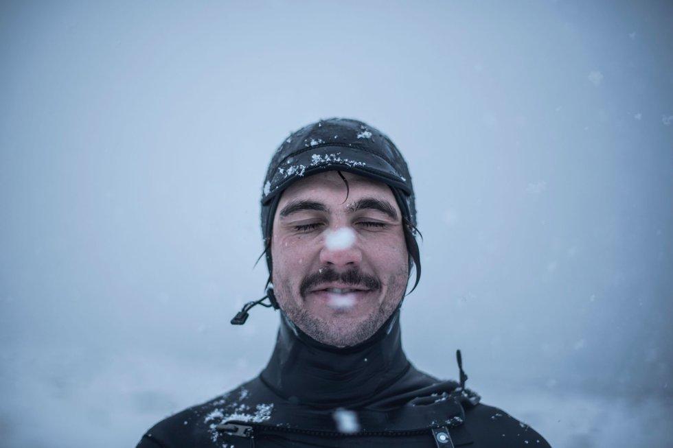 Stian Morel, da Noruega, posa para um retrato em Unstad, Ilhas Lofoten.