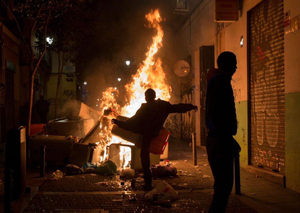 Los manifestantes queman basura después de la muerte de un vendedor ambulante en el distrito de Lavapiés