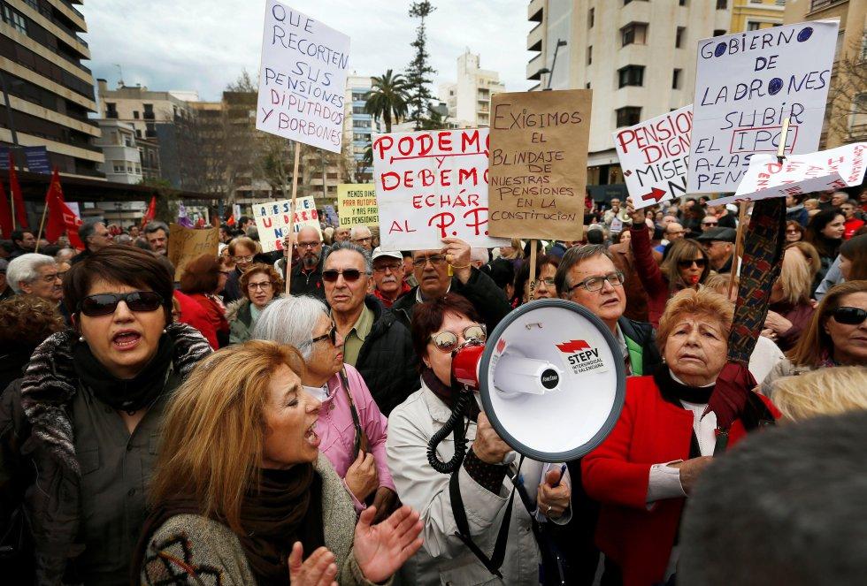 En Alicante la concentración ha llenado la plaza de la Montañeta con más de 3.500 personas, que han ocupado también algunos tramos de las calles colindantes, según han informado a Efe fuentes de CC OO-PV.EFE.