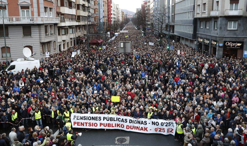Final de la manifestación que ha recorrido las calles de Bilbao en demanda de pensiones justas, convocada por asociaciones de pensionistas, ciudadanos, partidos y sindicatos.