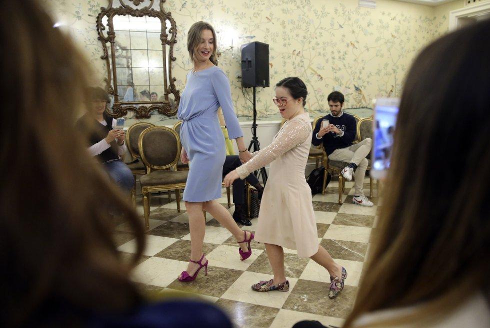 Tras el desfile principal un grupo de mujeres han salido a desfilar de la mano de algunas influencers que se han querido sumar a la causa. En la imagen, Pilar y una modelo desfilan de la mano en el Hotel Wellington en Madrid.