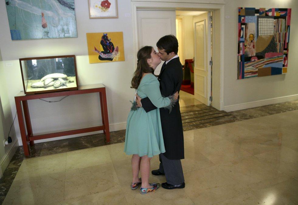 La pareja, Rocío y Javier, se dan un beso antes de participar en el desfile.