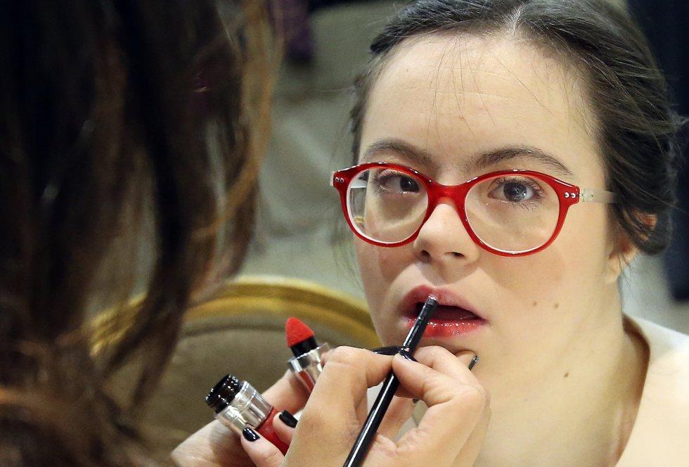 """Jorge González, director de empleo de la Fundación Down Madrid, ha declarado que """"se trata de apoyar a las personas con discapacidad a que participen como uno más en el día a día. Para ello es importante vestirse y comportarse como lo hace la gente de su edad"""". En la imagen, Pilar es maquillada en el backstage."""
