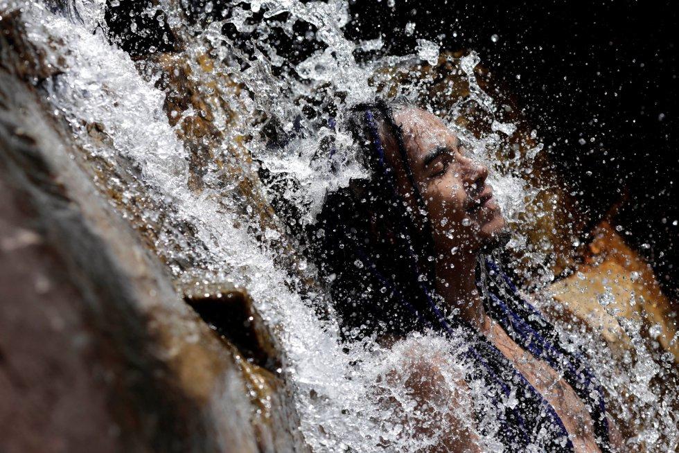 Una persona vista a través de las cataratas de Chapada en el Parque Nacional de Alto Paraíso, el pasado 17 de marzo.