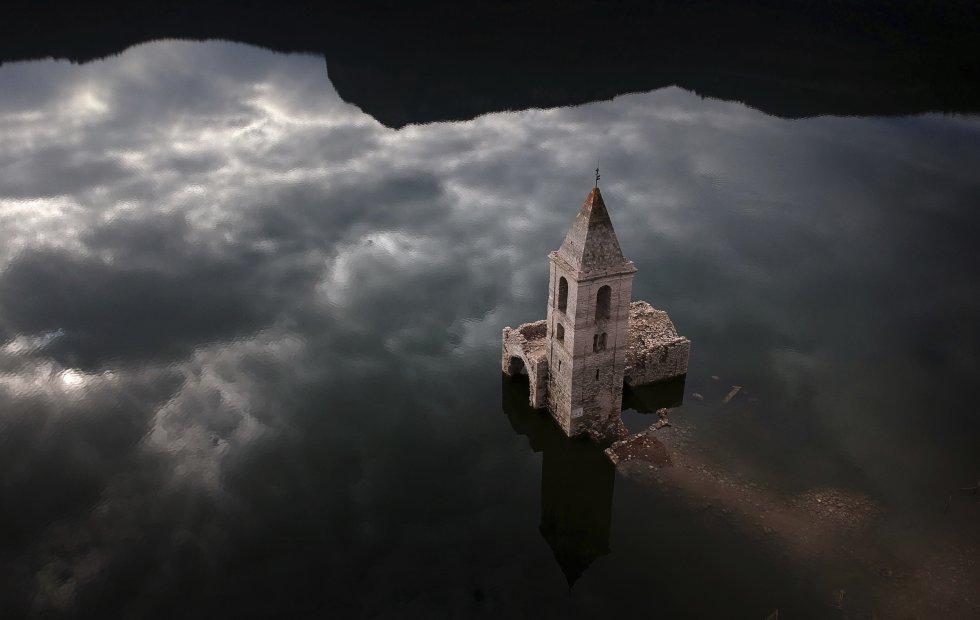 Una iglesia sumergida en Vilanova de Sau, Cataluña, España, el pasado 11 de enero.