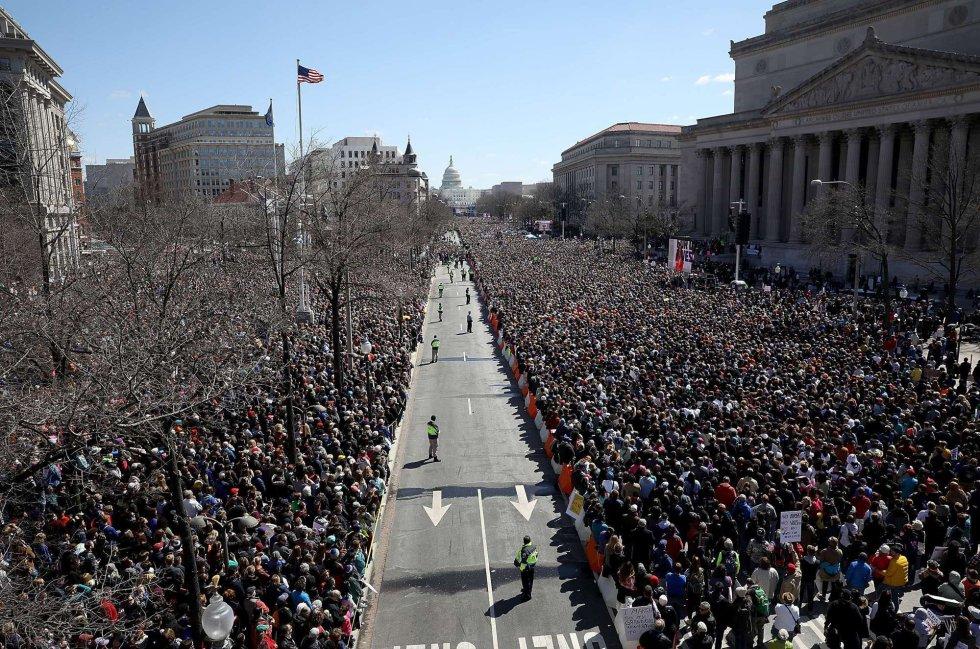 Miles de personas durante la marcha contra el libre acceso a las armas de fuego en Washington.