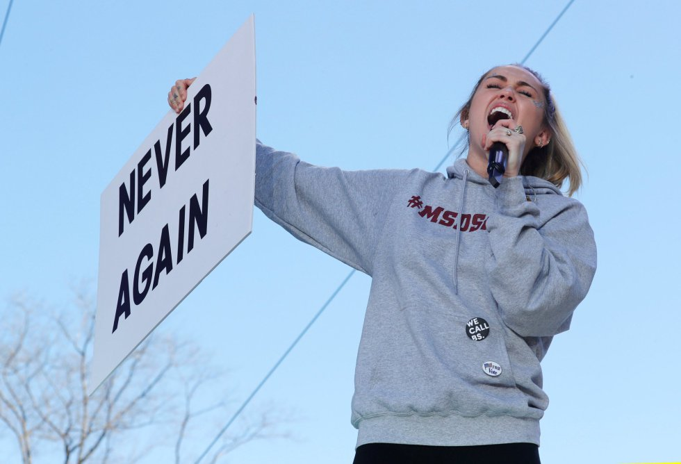 """La cantante Miley Cyrus sostiene un cartel con el lema de la protesta """"Never Again"""" en la manifestación de hoy en Washington. rn"""
