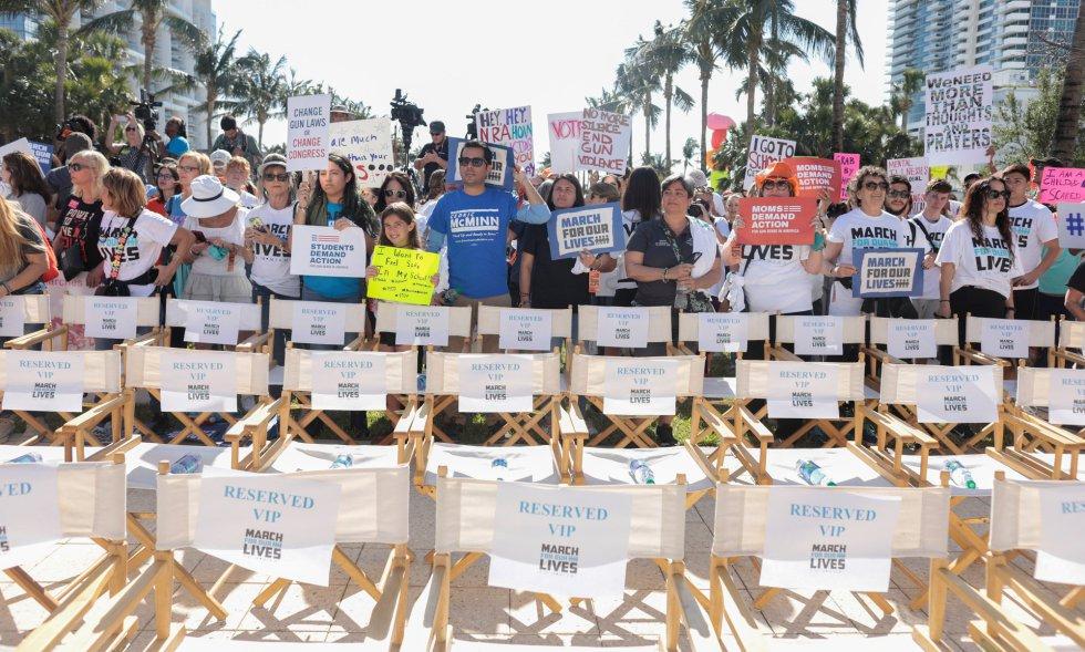 Varias filas de sillas vacías, durante la protesta por el control de armas en Miami Beach, representan la pérdida de alumnos asesinados en institutos.