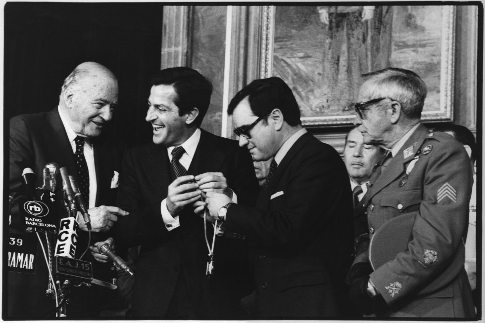 Josep Tarradellas, cuando fue proclamado presidente de Cataluña, en 1977, acompañado por el presidente del Gobierno, Adolfo Suárez y el ministro del Interior, Rodolfo Martín Villa.
