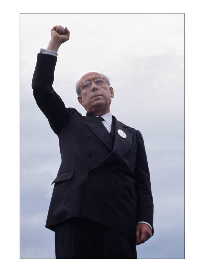 El fotoperiodista estadounidense Robert Royal expone medio centenar de fotografías tomadas, sobre todo, al final del franquismo y comienzo de la Transición. Las imágenes pueden verse en el Centro Internacional de Prensa, en Madrid. En la foto, el alcalde de Madrid Enrique Tierno Galván, en 1981.