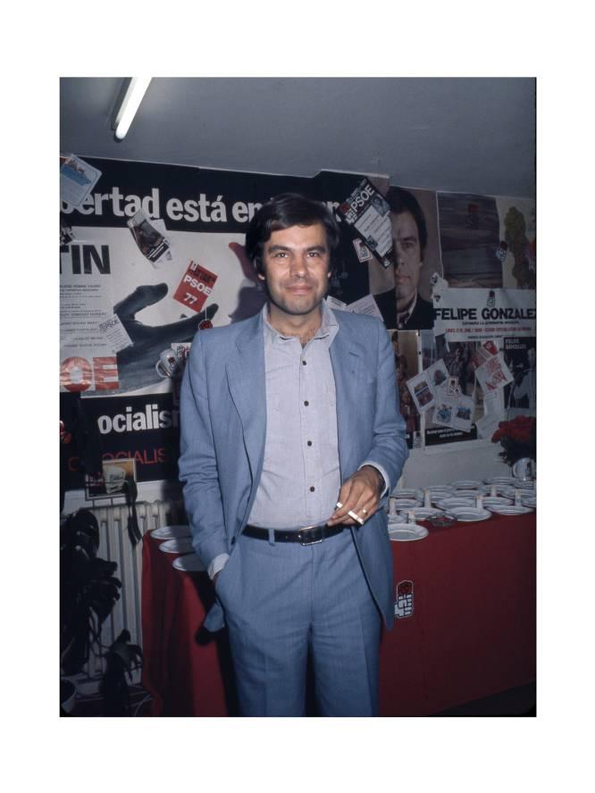 Tras la muerte de Franco, llegaron a la política española nuevos líderes, como el secretario general del PSOE, Felipe González, retratado aquí por Royal en 1977.