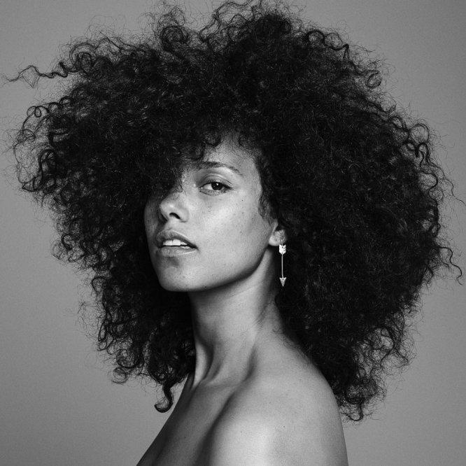 Alicia Keys ha llevado su rechazo por el maquillaje hasta su máxima expresión: hoy el rastro de cosméticos en su rostro es mínimo tanto en las fotografías de su último disco como en cada una de las apariciones públicas a las que la cantante acude.