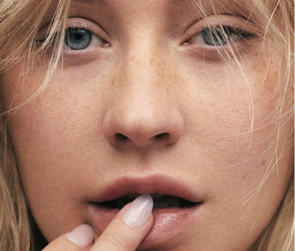 La cantante Christina Aguilera (1980, Nueva York, EE UU) ha sido la última en unirse al club de las famosas que se atreven a posar sin maquillaje. Aunque en esta ocasión la cantante no ha empleado las redes sociales para dar a conocer su cara al natural, sino que lo ha hecho a través de la portada de la revista 'Paper'