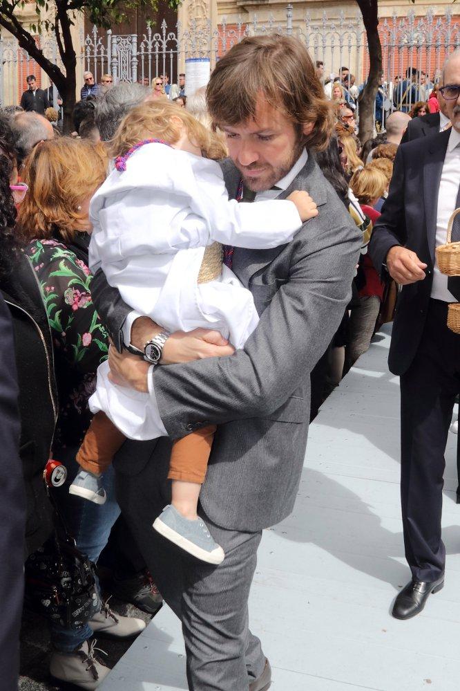 El empresario Rosauro Varo, pareja de la actriz Amaia Salamanca, con uno de sus hijos que participó en una procesión.