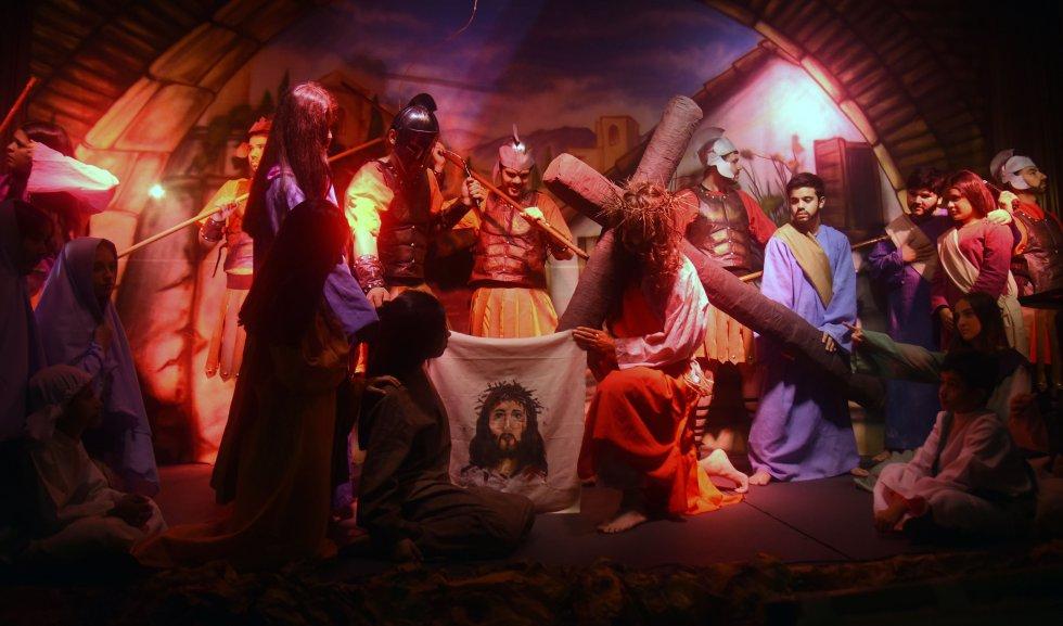 En esta imagen de Paraguay, un grupo de estudiantes representan la escena de las estaciones de Cristo en las últimas horas de su vida.