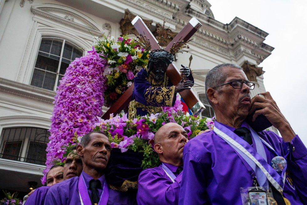 En Venezuela, los fieles del Nazareno de San Pablo acompañan la procesión anual del Miércoles Santo en la Basílica de Santa Teresa. Miles de caraqueños han pedido que traiga paz al país.