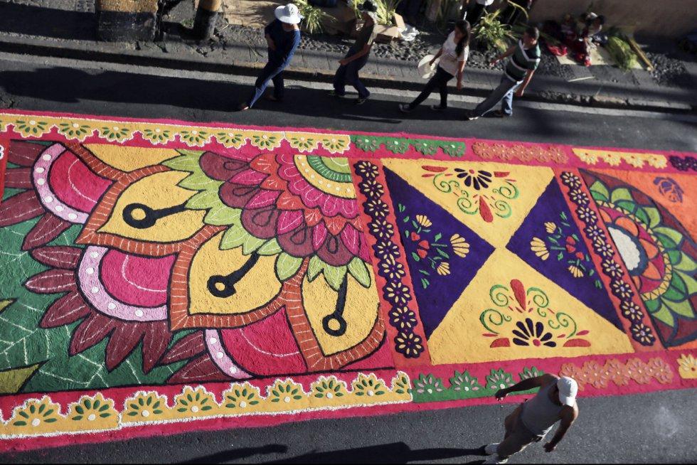 En Honduras, centenares de artesanos hondureños católicos realizan decenas de alfombras con motivos religiosos a base de serrín de pino en vivos colores, que representan la pasión y muerte de Jesucristo.