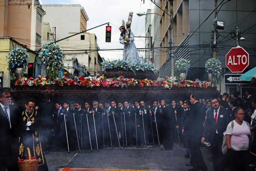 """En Guatemala, la procesión más antigua, """"La Reseña"""", se lleva a cabo en la capital, donde centenares de fieles lanzan ramos y flores al paso de los cucuruchos (cargadores) que acompañan a la Virgen de Dolores."""