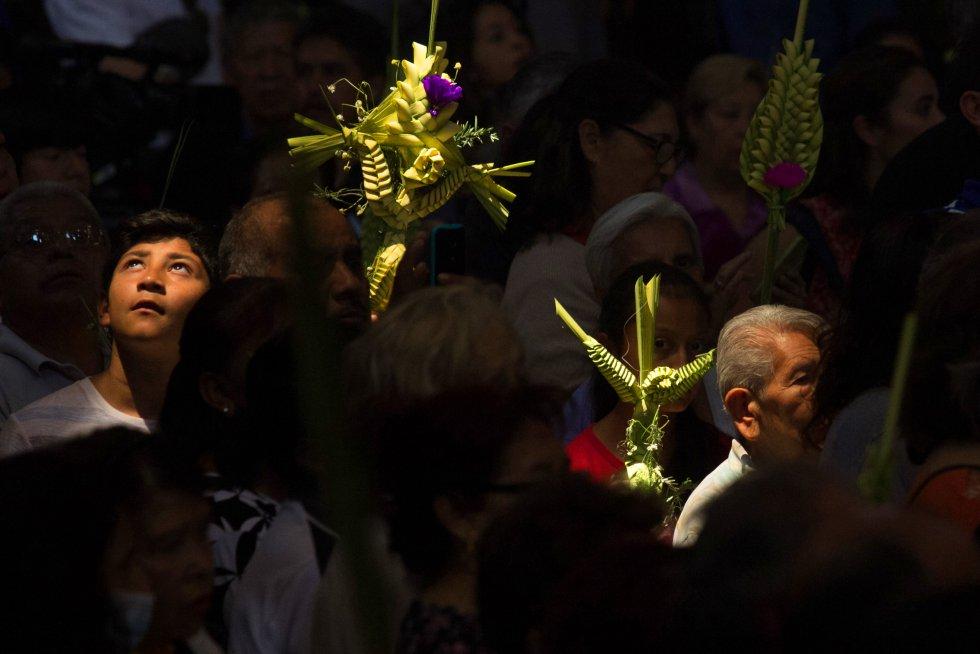 En México la Semana Santa inicia de manera oficial con el domingo de ramos, donde miles de católicos acuden a una ceremonia religiosa para dar gracias y poder recibir la bendición de sus ramos.