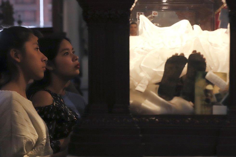 Feligreses acuden el Jueves Santo a la catedral de Guadalajara, durante la tradicional visita de los siete templos, en la ciudad de Guadalajara (México).
