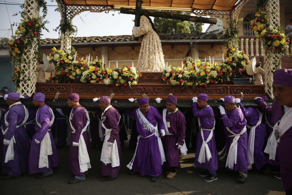 Penitentes participan en Jueves Santo en la procesión de los Cristos de Izalco, al oeste de El Salvador.