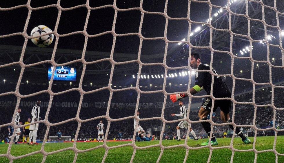 Buffon observa el balón entrando en la portería tras la chilena de Cristiano Ronaldo.