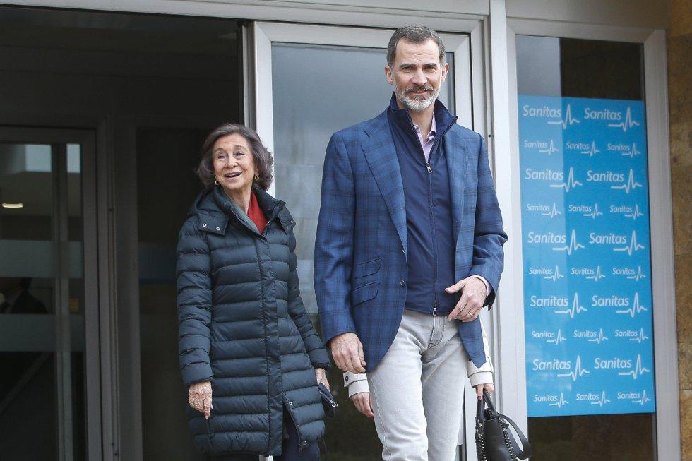 El Rey sale del hospital en que se encuentra hospitalizado su padre. Tras él, doña Sofía.
