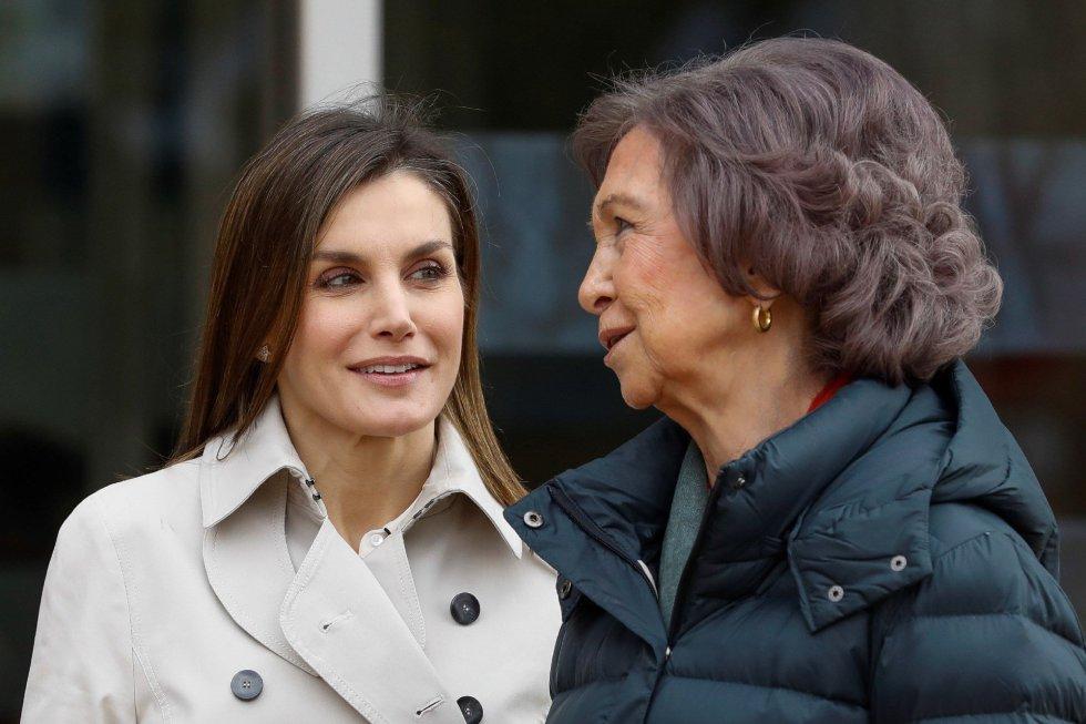 La reina Letizia y doña Sofía posaron juntas sonrientes y charlando ante los medios de comunicación.