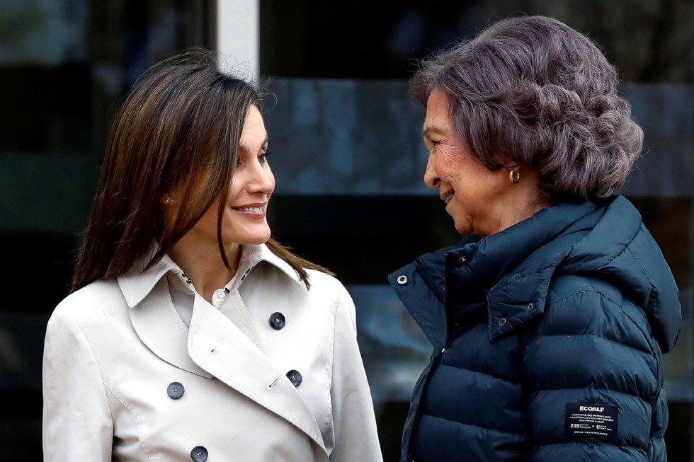 Durante la visita al hospital, las dos reinas se esforzaron en mostrar buena sintonía.