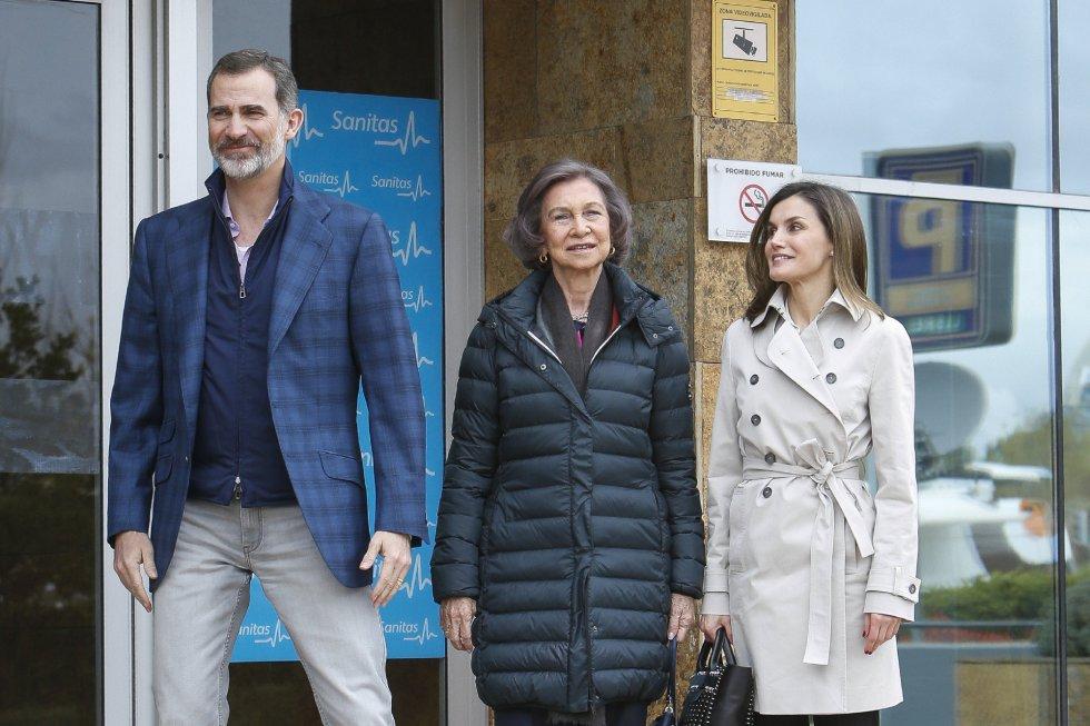 Don Felipe durante el posado se apartó en varias ocasiones de su esposa y de su madre para facilitar la escena de la 'reconciliacion'.