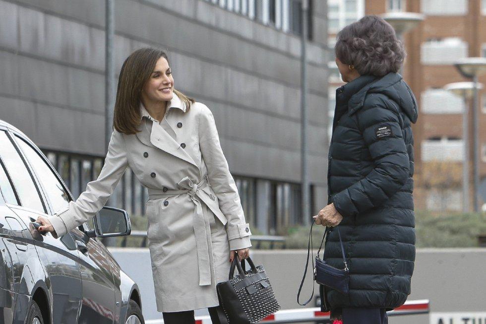 Letiza abre la puerta a doña Sofía, a las puertas del hospital.