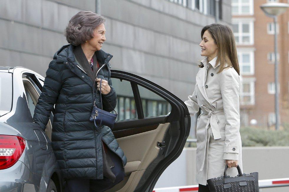 Una imagen insólita, la reina Letizia abriendo la peurta del coche a la reina Sofía.