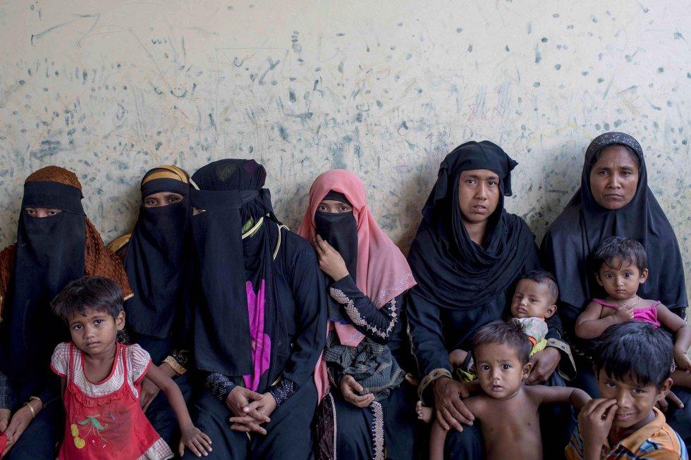 Un grupo de mujeres y niños rohinyás espera ser atendido en un consultorio de Acción Contra el Hambre en el campo de refugiados de Leda.