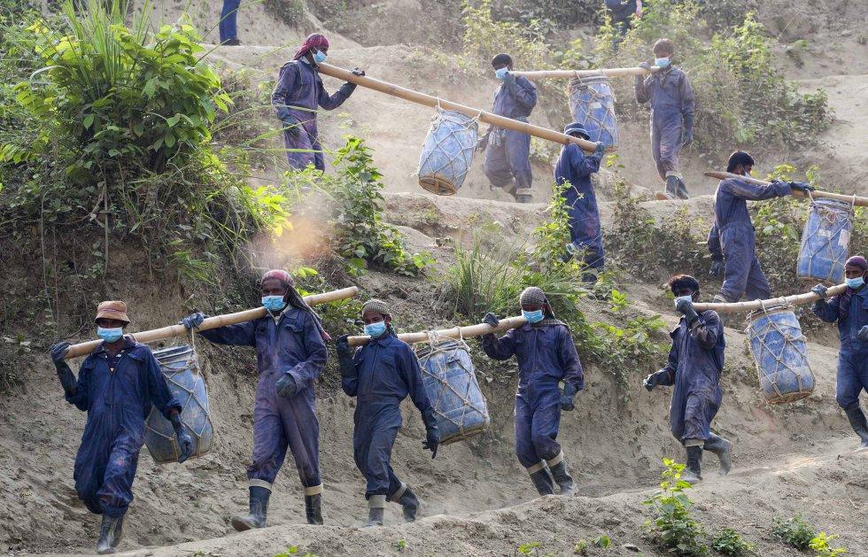 Un grupo de refugiados traslada los residuos de las letrinas del campo de Unchiprang para su reciclaje mediante un programa de la ONG Solidarités. Hay unas 40.000 letrinas para más de 800.000 acogidos.