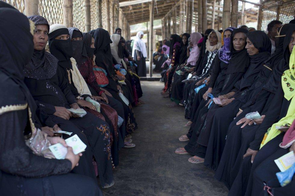 Un grupo de mujeres rohinyás recién huidos a Bangladés desde Myanmar espera en el centro de tránsito de Acnur en el campo de Kutupalong.