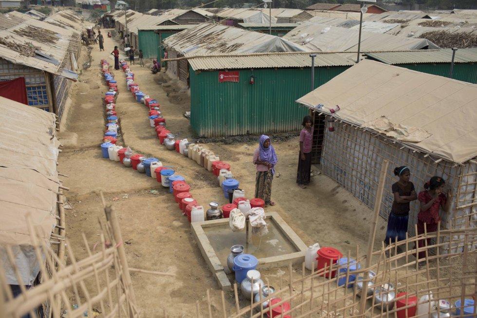 Cubos colocados por los refugiados ante una fuente en el campo de Jadimura para guardar cola hasta que haya suministro de agua, que suele ser dos veces al día.