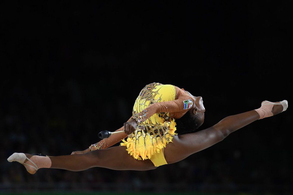 La sudafricana Grace Legote compite en la ronda final e individual de gimnasia rítmica durante los Juegos de la Commonwealth en Gold Coast (Australia).
