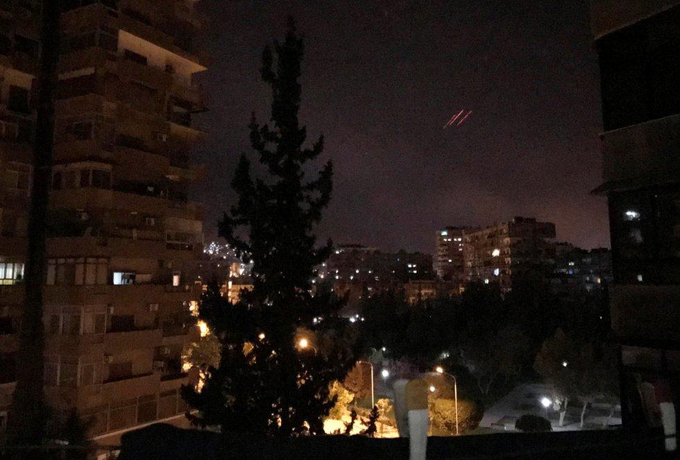 """Ráfagas antiaéreas en Damasco. El presidente de EE UU, Donald Trump, ordenó  una ofensiva conjunta con Francia y el Reino Unido contra las """"capacidades de armamento químico"""" de Bachar al Asad como respuesta a un presunto ataque químico del que culpan al Gobierno sirio."""