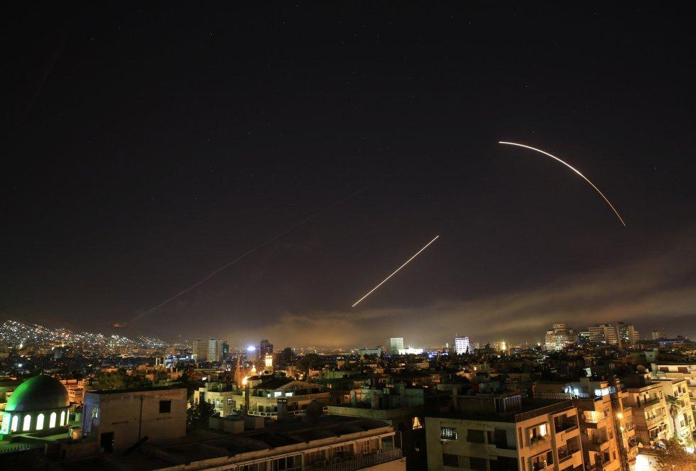 A los pocos minutos de comenzar el ataque, los equipos antiaéreos de la capital de Siria han comenzado a funcionar para evitar que misiles estadounidenses golpearan la capital.