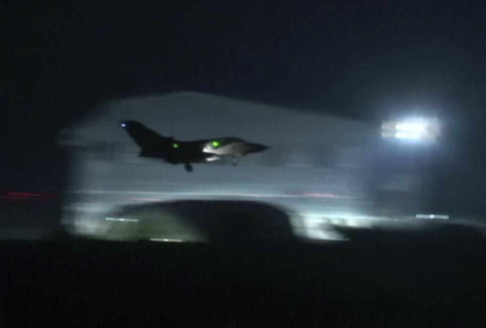 """Cuatro aviones de combate Tornados de las Fuerzas Aéreas británicas (RAF) participaron en un """"ataque exitoso"""" en Siria contra una instalación de almacenamiento militar del régimen de Bachar al Asad, confirmó hoy un portavoz del ministerio de Defensa del Reino Unido."""