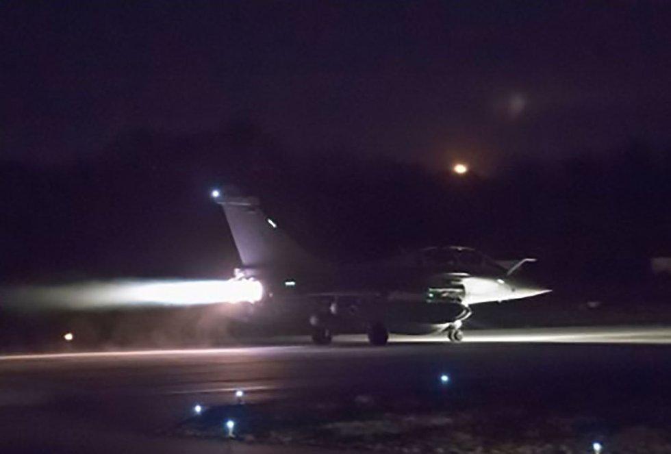 Imagen difundida por Francia de uno de los aviones que han participado en el ataque.