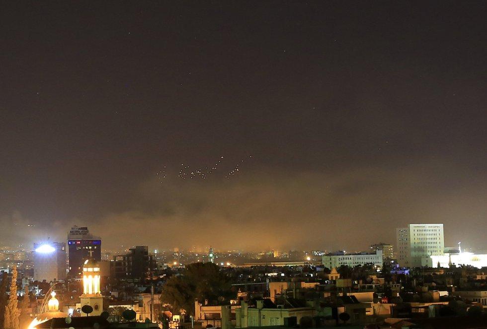 La ofensiva militar esta madrugada por parte de EEUU, Francia y el Reino Unido contra Siria, tras el supuesto ataque con armas químicas del Gobierno sirio en la ciudad oriental de Duma el pasado sábado, es la segunda que lanza Estados Unidos contra el país árabe por el mismo motivo en un año. En abril de 2017 se acusó al régimen sirio de bombardear con armas químicas, el día 4 de ese mes, la localidad de Jan Shijún, en el norte de Siria, lo que ocasionó 86 víctimas mortales según el Observatorio Sirio de Derechos Humanos.