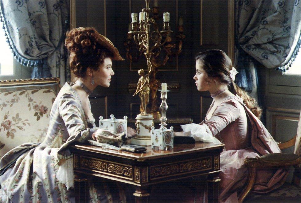 Meg Tilly (i) y Fairuza Banz en un fotograma de la película 'Valmont', del director Milos Forman.rn